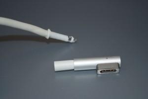 """Újabb, """"L"""" típusú töltőnél jellemző a kábelről lecsavarodott töltőfej"""