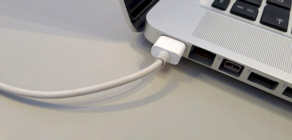 Helyes töltési mód: a kábel nincs megtörve