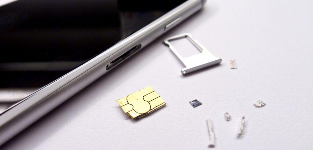 A darabokban kijött kártya és az épségben megmaradt telefon