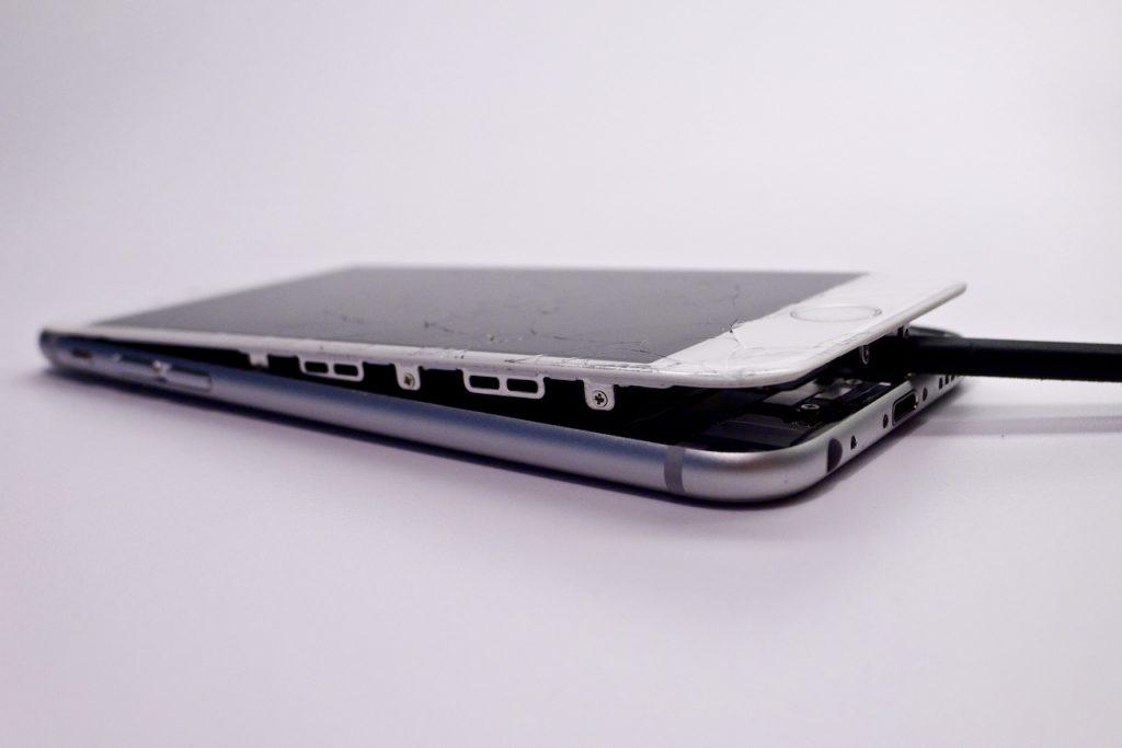 A készülék kinyitása viszonylag egyszerű, de óvatosan kell hozzányúlni, iphone 6 kijelző csere munkafázis képsorozat, appsolute