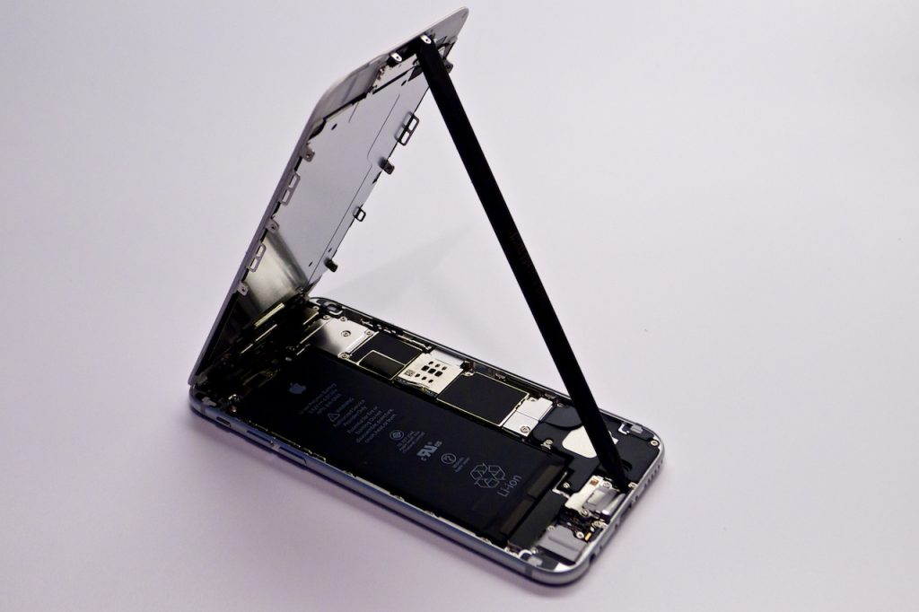 A kijelző felfelé emelhető ki a készülékből, iphone 6 kijelzőcsere, iphone 6 szétszedése, iphone 6 törött kijelző