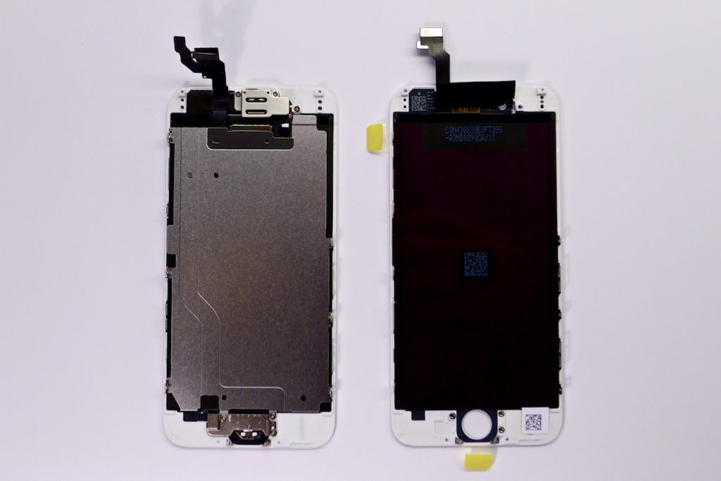 Bal oldalon a törött kijelzőmodul, jobb oldalon a beépítésre váró új, gyári kijelzőmodul. Mindig kizárólag eredeti, gyári alkatrészeket használunk az APPSolute iPhone szervizben. Így tudjuk garantálni, a hosszútávú elégedettséget egy iPhone 6 kijelzőcsere után is.