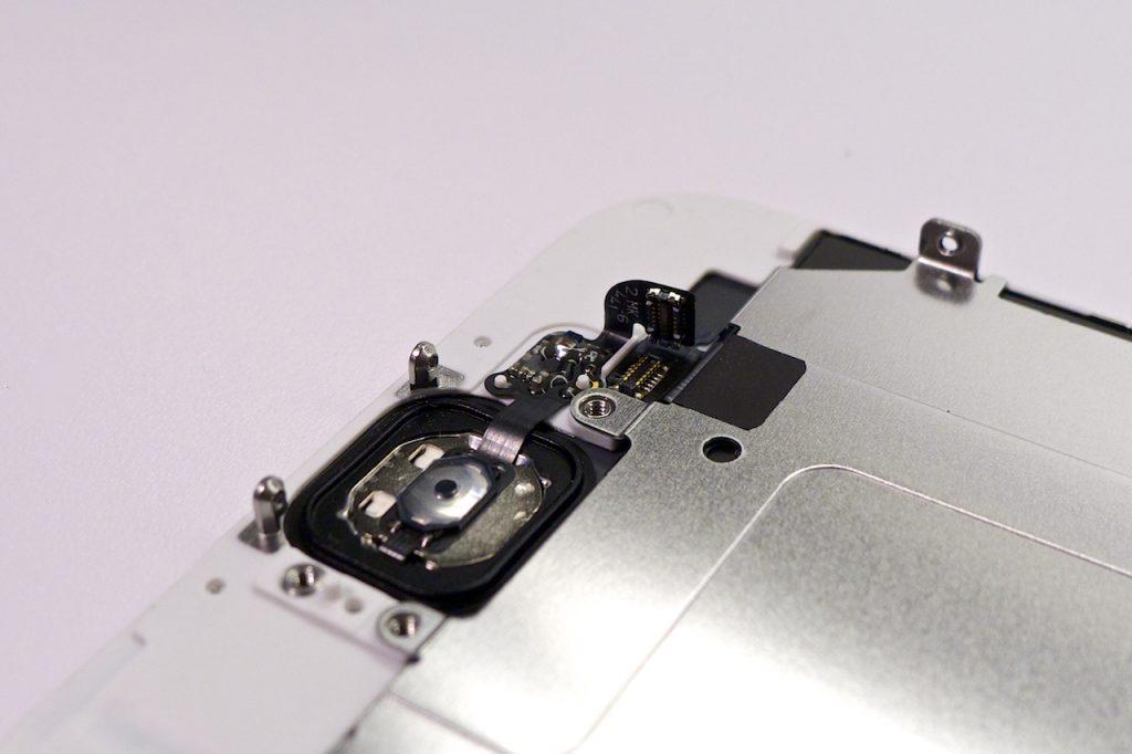 A Home gomb mechanikus kapcsolója a kijelző belsejében. iPhone 6 Home gomb, iPhone 6 belseje, érdekességek az iPhone belejéből