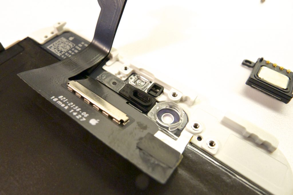 A közelítésérzékelő- és kamerapozícionálót nagyon pontosan kell áthelyezni az új kijelzőmodulra