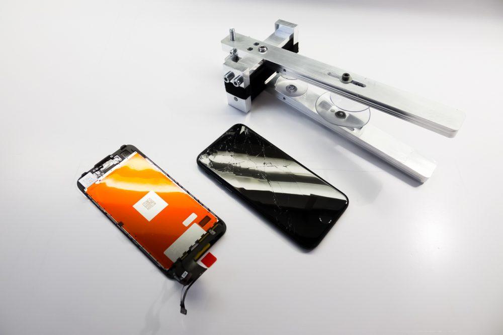 A törött kijelzős iPhone 7, és a beépítésre váró új, gyári alkatrész.