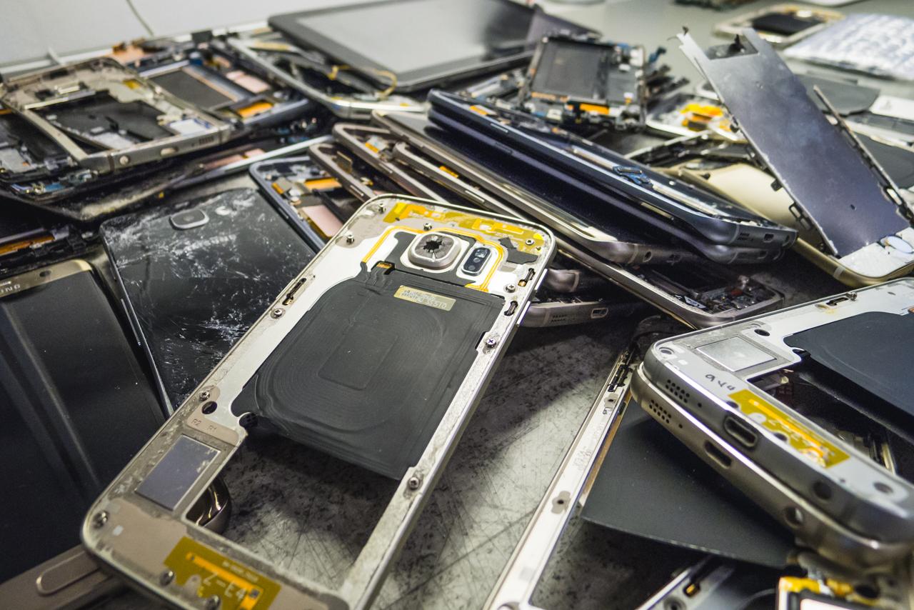 Csemegepult: Egy kupac sérült, beázott, hajlott Samsung telefon.