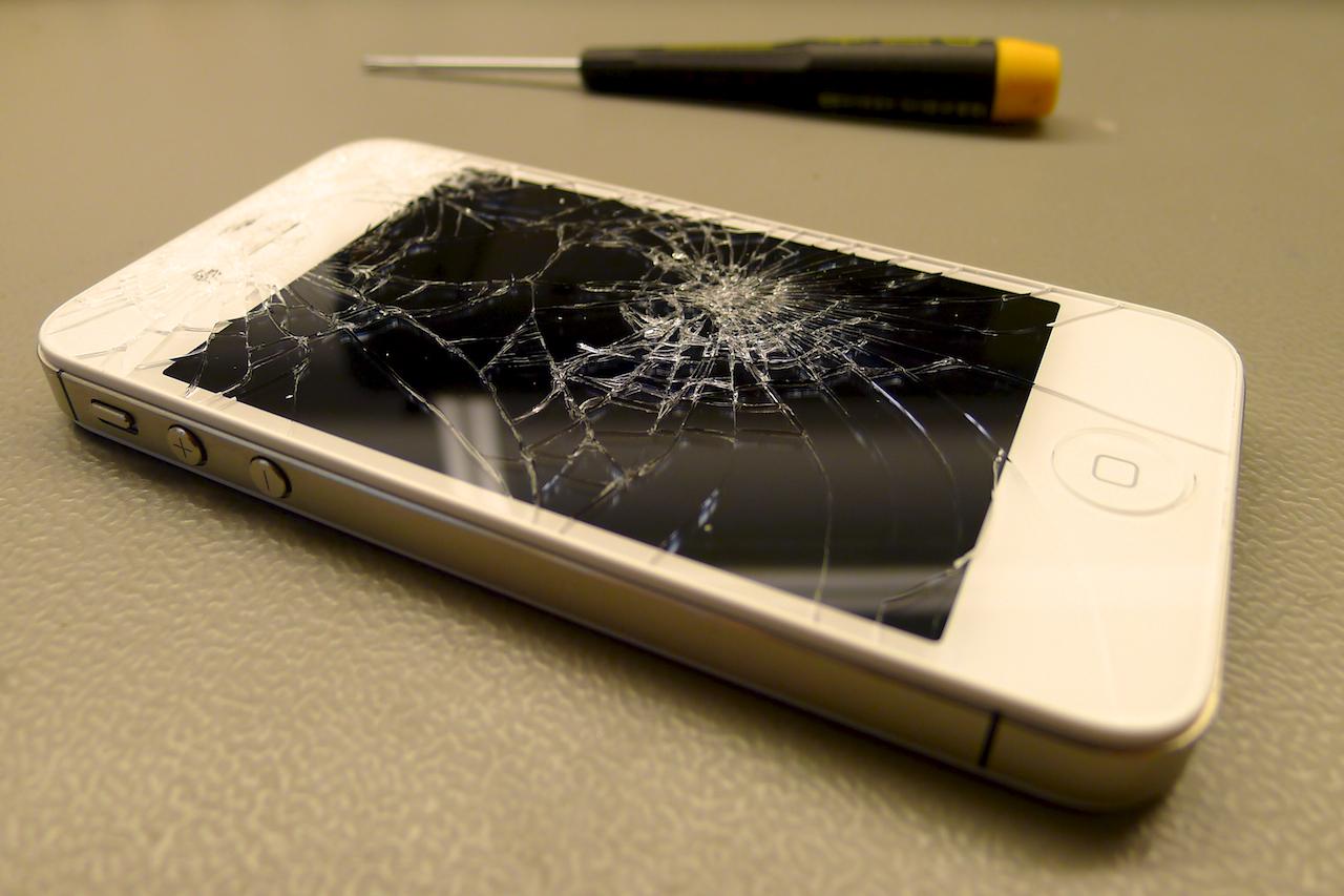 A törött iPhone 4s kijelző cseréje