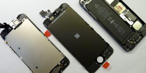 A kijelző fém merevítőlemezét át kell szerelni, iPhone 5 kijelzőcsere, részfolyamatok