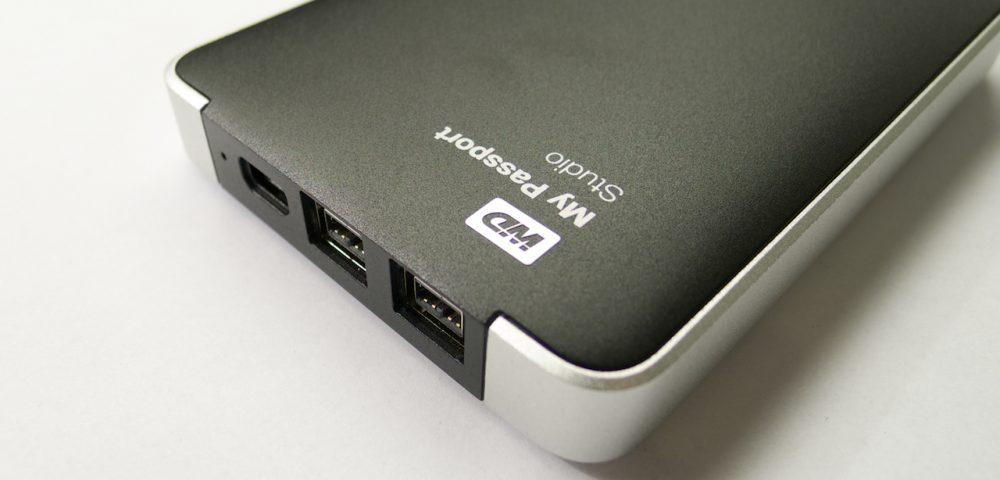 Egy USB és két FireWire 800 csatlakozó