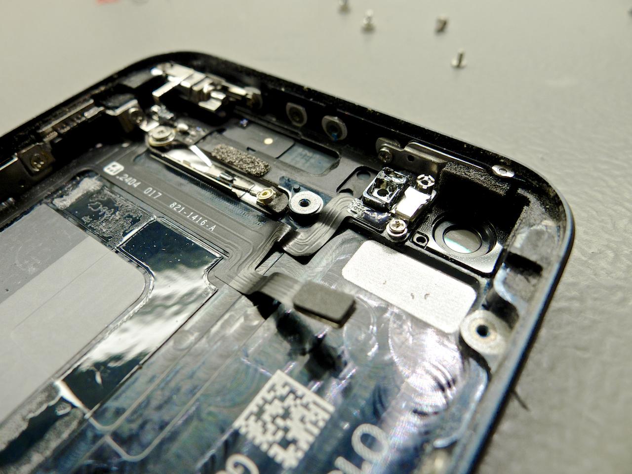 A szalagkábel keresztülmegy az egész készülék belsején, hivatalos apple csereprogram
