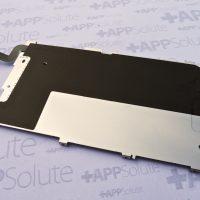 Az iPhone 6 kijelzőmoduljának merevítő fémlemeze a Touch ID rejtett vezetékezésével