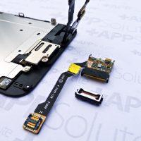 A felső szalagkábel többféle szenzornak ad otthont, iPhone 6-nál az előlap kamera is rákerült
