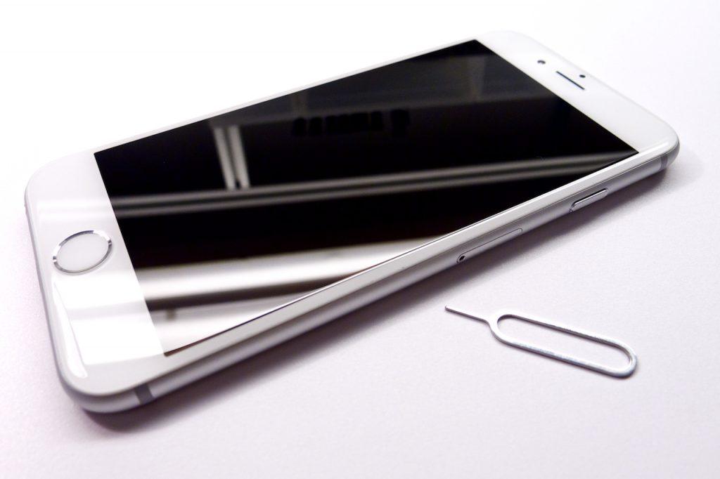 Az iPhone 6 és gyári SIM-kilökő eszköze, beragadt sim kártya, iphone 6 sim kártya kiszedése, beszorult SIM kártya iPhone