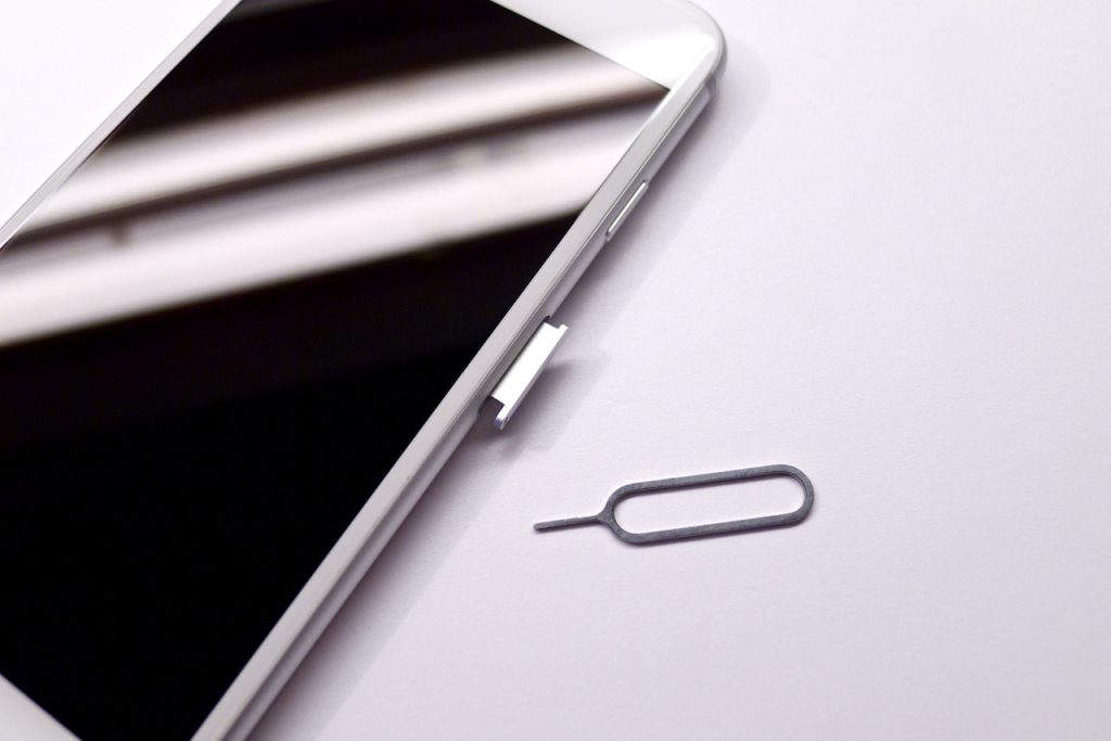 A SIM fiók csak egy kicsit tudott kijönni, majd elakadt, beragadt sim kártya, iphone 6 sim kártya kiszedése, beszorult SIM kártya iPhone