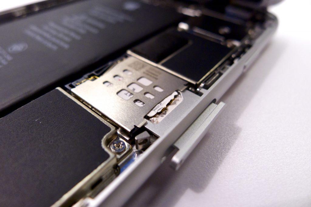 A repedt kártya fennakadt a váz peremén, beragadt sim kártya, iphone 6 sim kártya kiszedése, beszorult SIM kártya iPhone