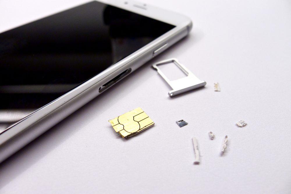 A darabokban kijött kártya és az épségben megmaradt telefon, beragadt sim kártya, iphone 6 sim kártya kiszedése, beszorult SIM kártya iPhone