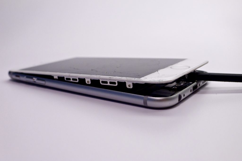 A készülék kinyitása viszonylag egyszerű, de óvatosan kell hozzányúlni, iphone 6 kijelző csere munkafázis képsorozat, appsolute, iPhone 6 törékeny, törött iphone 6 kijelző csere