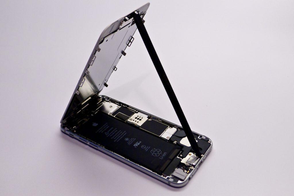 A kijelző felfelé emelhető ki a készülékből, iphone 6 kijelzőcsere, iphone 6 szétszedése, iphone 6 törött kijelző, szimmetria, iphone 6 kijelzőcsere, háromszög, iphone 6 kijelző csere budapest, appsolute