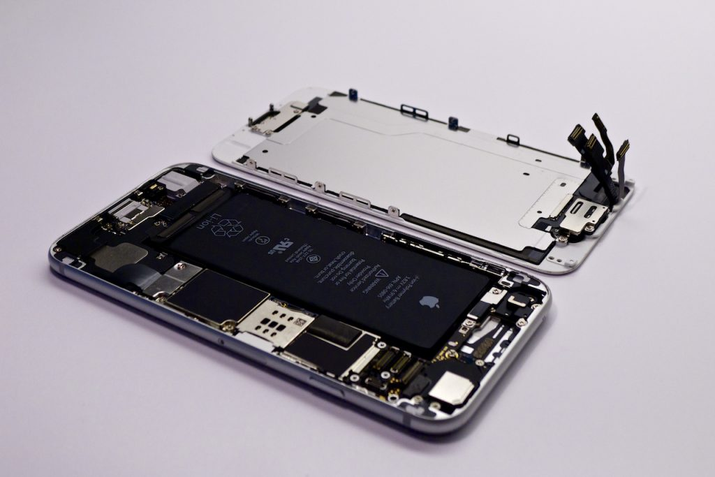 A kijelzőt lecsatlakoztattuk az alaplapról. iPhone 6 kijelző cseréje, lecsatlakoztatás az alaplapról