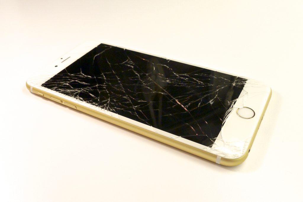 Szomorúan néz ki egy ilyen szép készülék törött kijelzővel, iphone 6 plus kijelző javítás, iphone 6 plus kijelzőcsere, iphone 6 plus szétszedés, iphone 6 plus szerviz