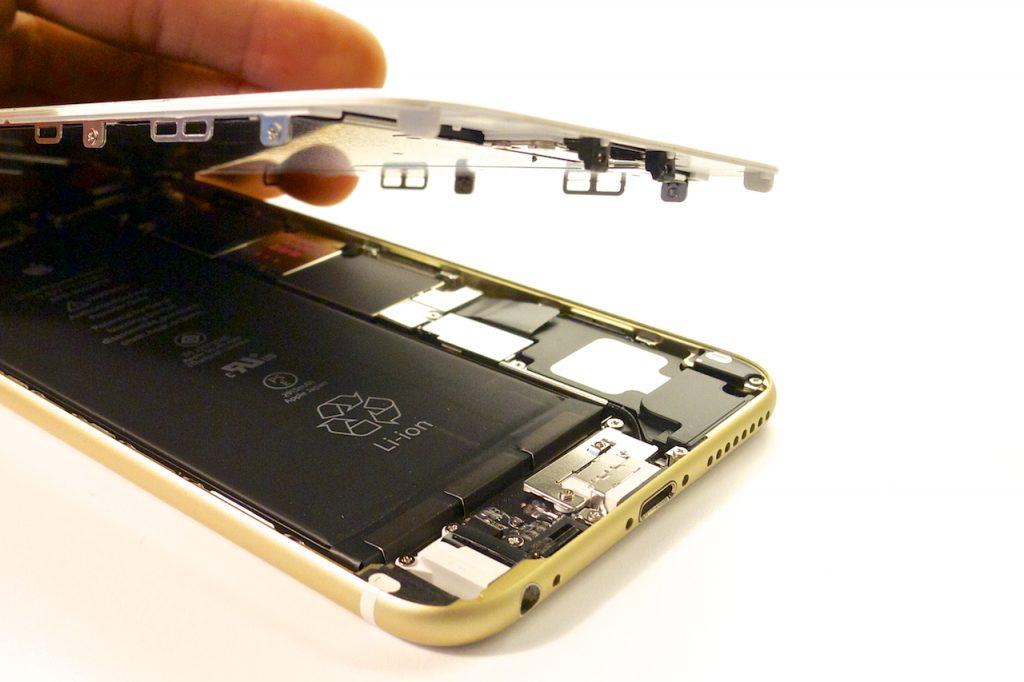 A kinyitáshoz szakszerű és rutinos mozdulatok szükségesek, iphone 6 plus kijelző javítás, iphone 6 plus kijelzőcsere, iphone 6 plus szétszedés, iphone 6 plus szerviz