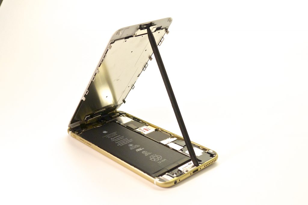 Kitámasztottuk a kijelzőt a fotó kedvéért, mint egy motorháztetőt, iphone 6 plus kijelző javítás, iphone 6 plus kijelzőcsere, iphone 6 plus szétszedés, iphone 6 plus szerviz