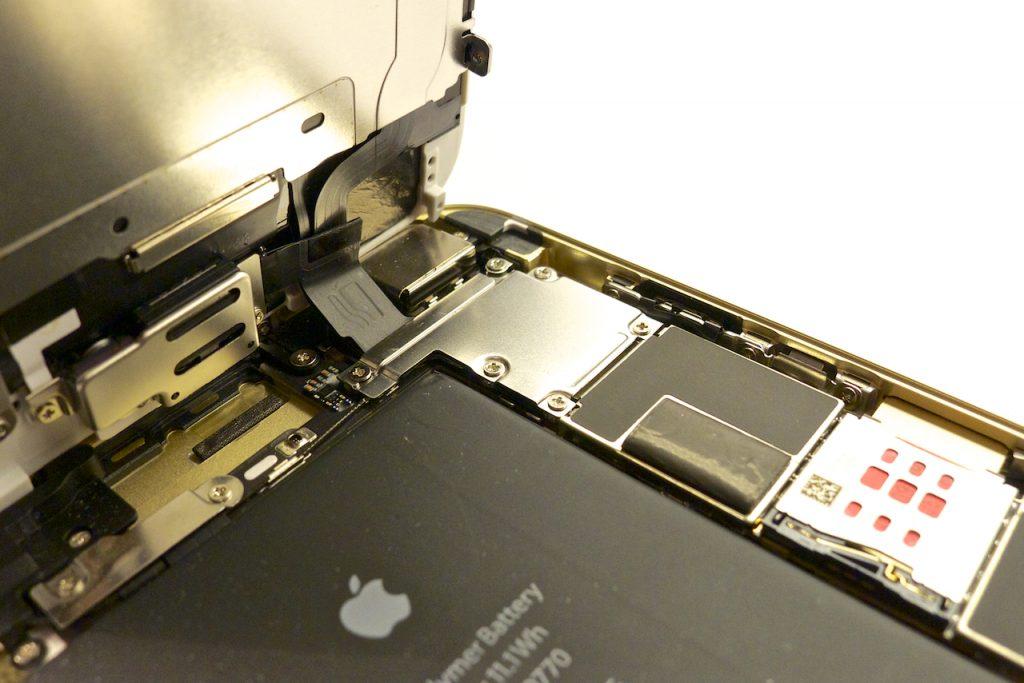 A törékeny szalagkábelekre nagyon oda kell figyelni! iphone 6 plus kijelző javítás, iphone 6 plus kijelzőcsere, iphone 6 plus szétszedés, iphone 6 plus szerviz