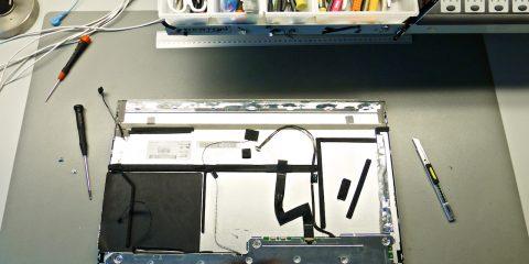 Felülről láthatjuk a háttérvilágítás, a képszinkron, a hőérzékelő és a képi vezérlő szalagkábelét