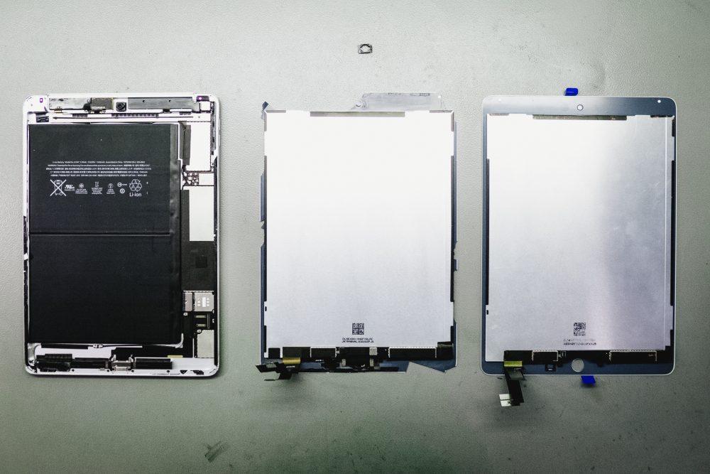 A törött és az új kijelző iPad Air 2-höz, csak gyári alkatrésszel dolgozunk, garancia, régi és új kijelző iPad, APPSolute