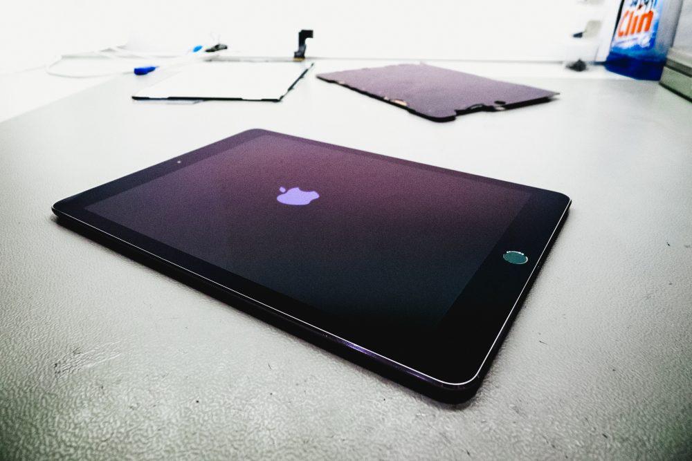 A megjavított iPad Pro bekapcsolása, iPad javítás, kijelzőcsere pipa
