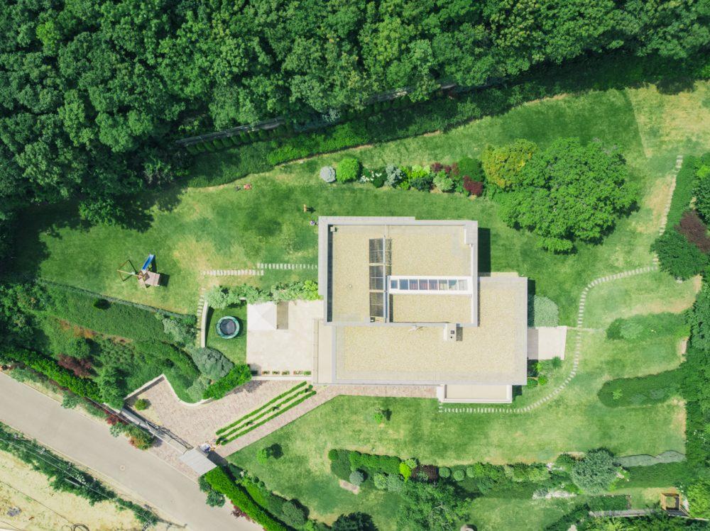 Érdekes mintázatokat fedezhetünk fel felülnézetből, és a növényzet foltjai jó sejtetik a domboztatot, drónfotók légifelvételek légifotó