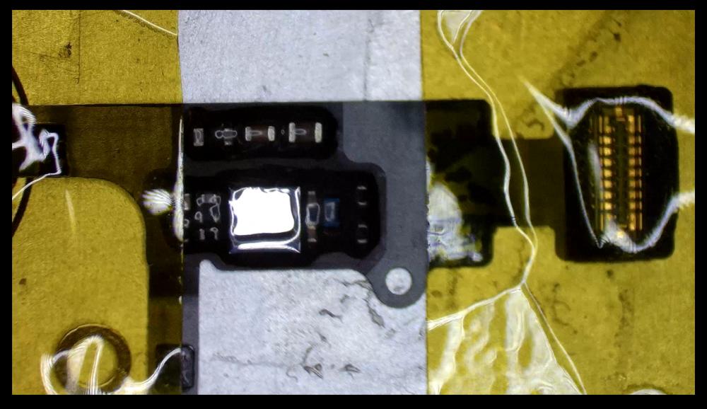 Mikroszkóp alatt az iPhone 7 Home gombja.