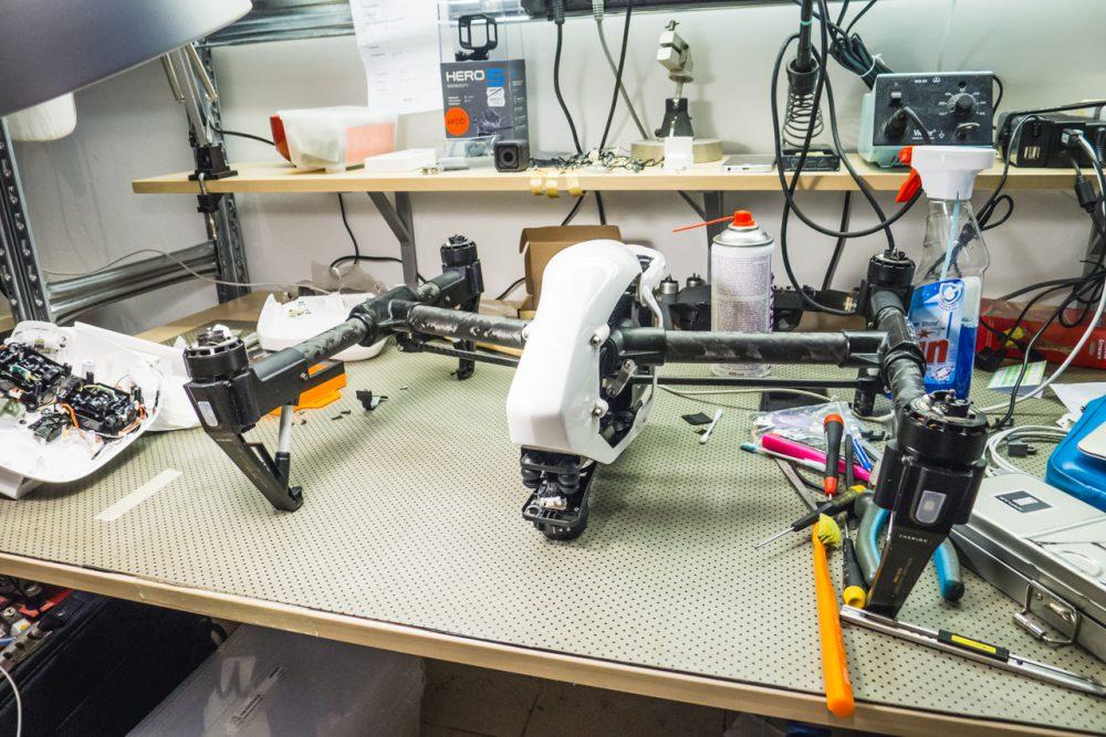Egy Inspire javításához már jó nagy terület kell, ráadásul itt nem is volt szükség a drón szétszedésére