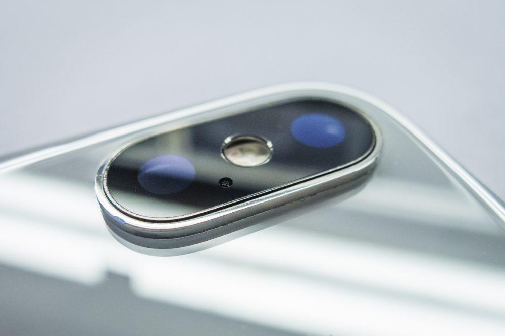A kamera pereme rálóg az üvegfelületre