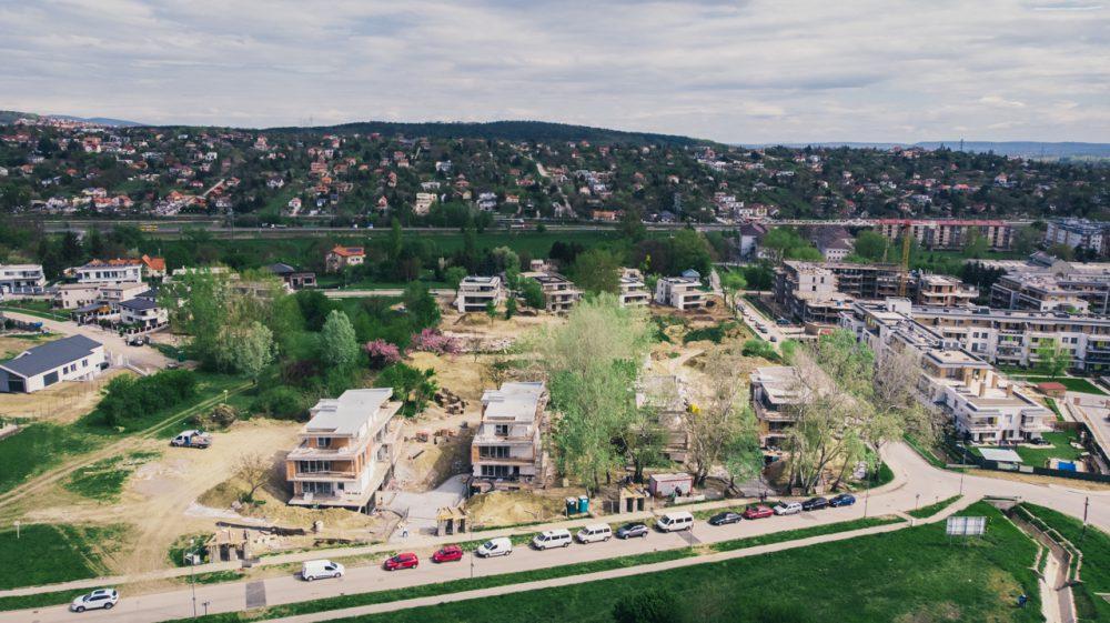 A feladatunk ennek a négy házból álló társasház építésének dokumentálása volt. A légifotó hátterében az ürömi Kő-hegy.
