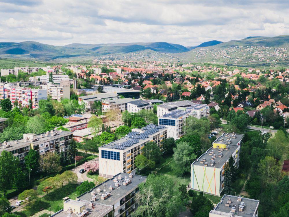 A napkollektorokkal korszerűsített két ház a Hamvas Béla utcában.