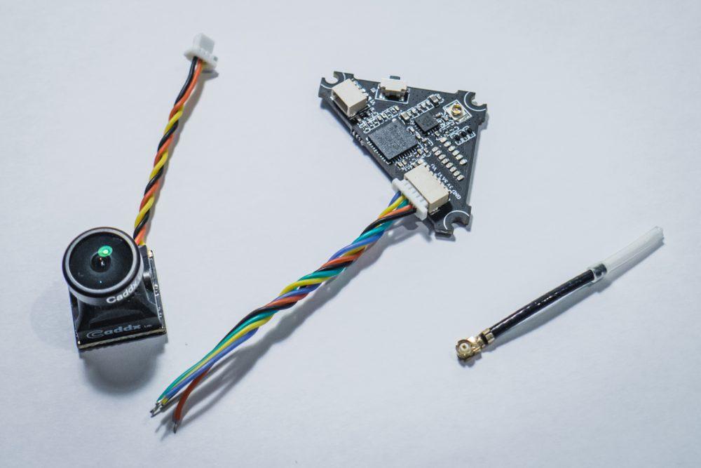 Whoop VTX, antennája, és kábelei.