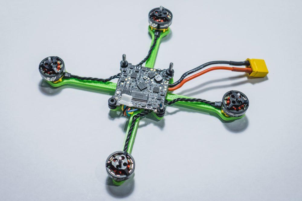 Vázra építettm a motorokat és a repülésvezérlőt.