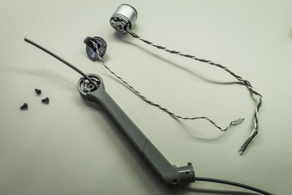 Egy behúzószállal könnyen be lehet vezetni az üreges karba az új vezetékeket.