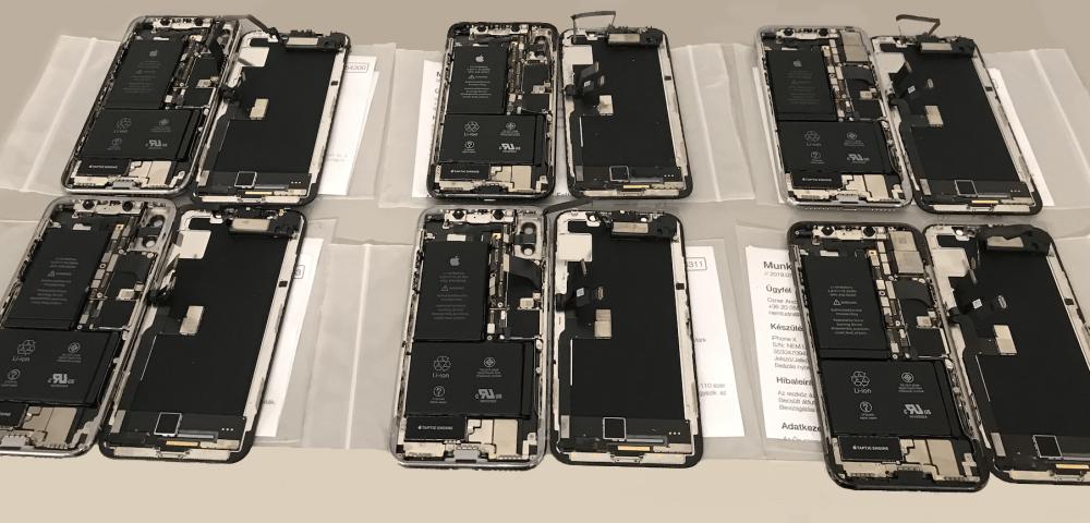 Ázott iPhone-ok sorakoznak