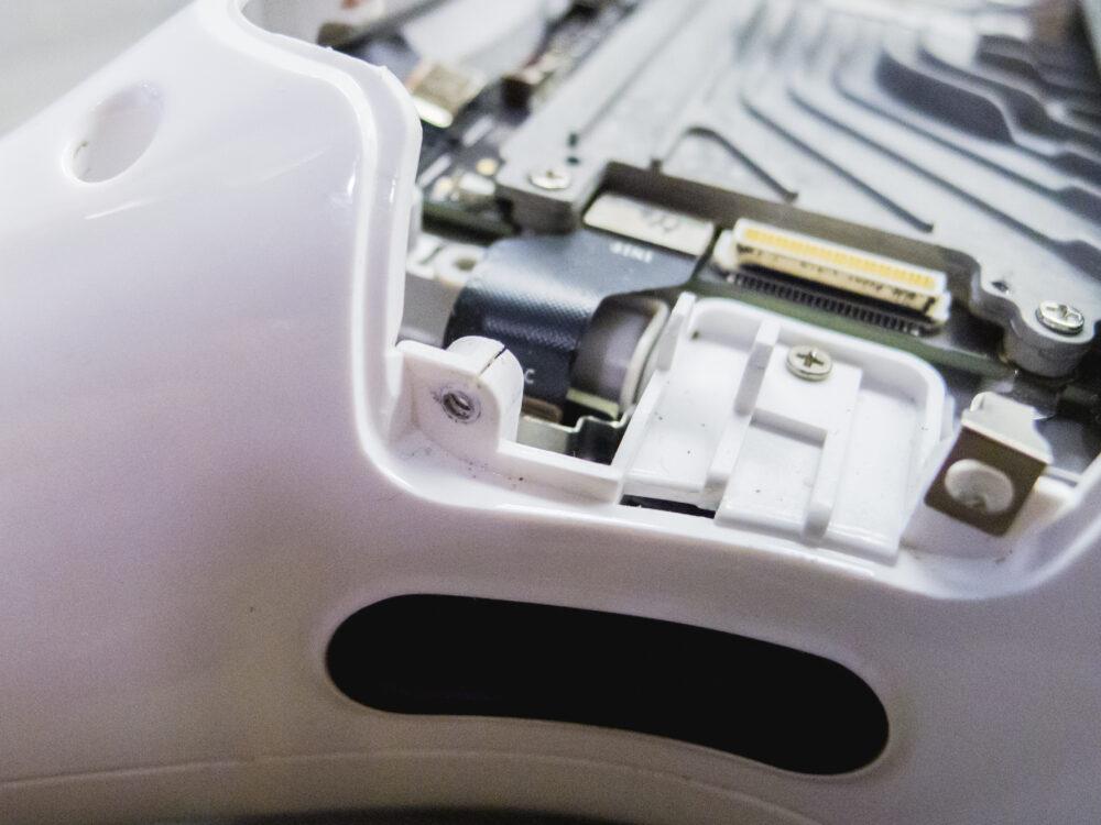 Törött csavarfoglalat egy Phantom 4 Pro drón műanyag héjában